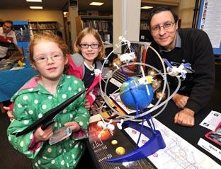 Worcester News: STARSTRUCK: Sisters Poppy Wood, aged five, and Amelia Wood, seven, with spaceflight expert Jerry Stone (03449801)