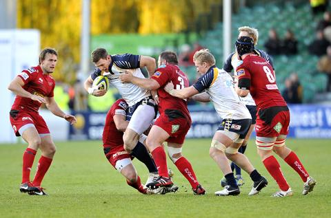 Worcester News: DRIVING FORCE: Warriors' Nikki Walker (centre) takes on Scarlets' challenges during his side's victory.