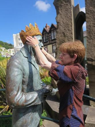 Stolen 'crown' is returned to Elgar statue, to the delight of Malvern's yarnbombers
