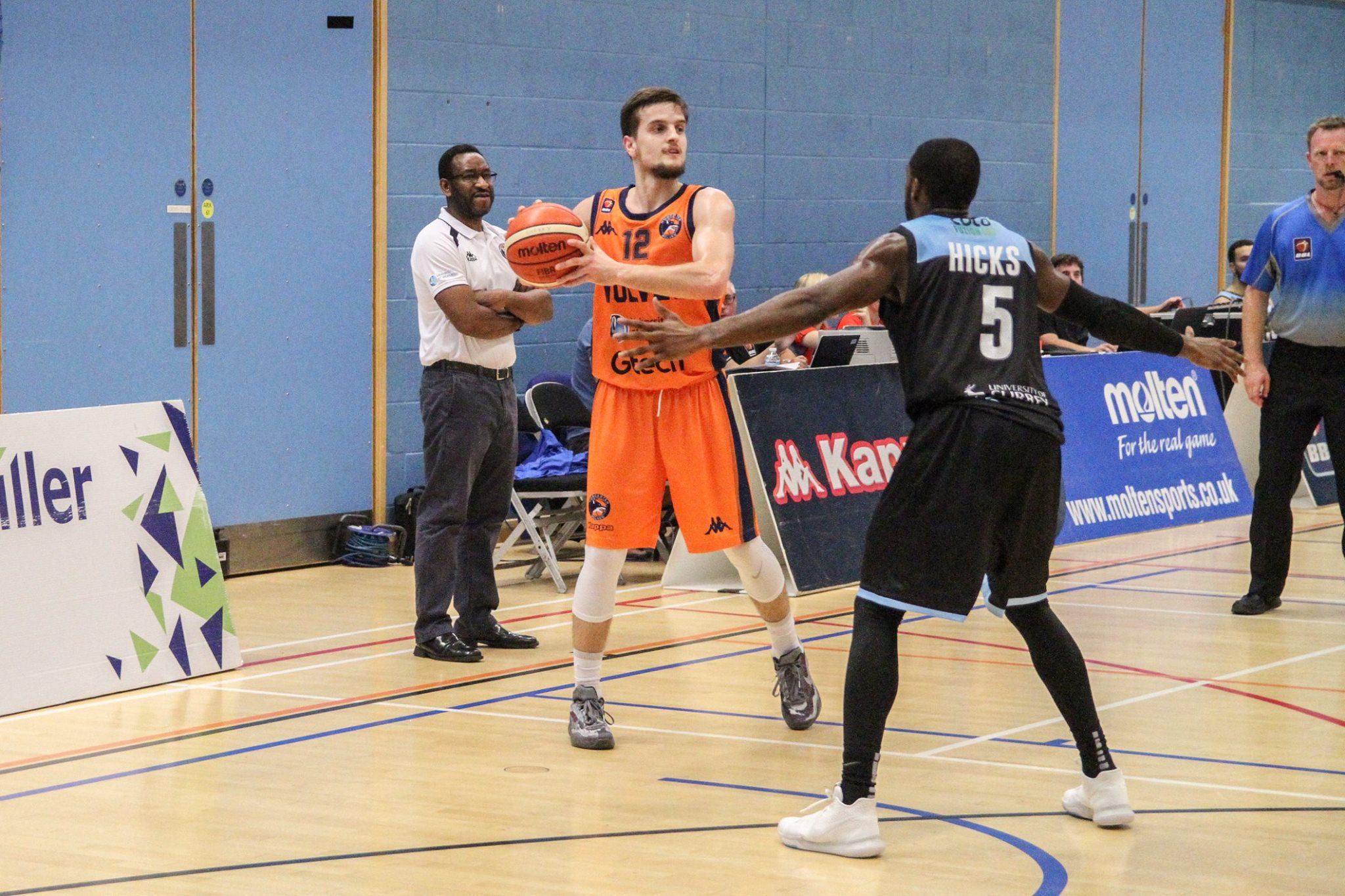 Worcester Wolves head coach Paul James watches on as Elvisi Dusha keeps hold of the ball. Picture: Razorlight Imagery